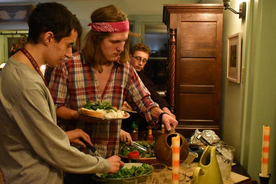 Students+serve+themselves+at+a+dialogue+dinner+hosted+at+David+Dorsey%E2%80%99s+home+as+part+of+the+Barefoot+Dialogue+program.