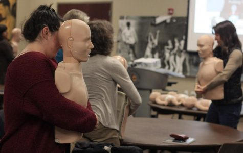 Students practice cardiopulmonary resuscitation procedures on both infant and adult CPR manikins during a free University Hospital instructional course hosted by the Oberlin Sports Medicine Department last Monday. Oberlin students, faculty, and staff arrived at the Knowlton Athletics Complex Social Space at 6 p.m. to learn various life-saving techniques to prepare for a potential emergency situation. At least two members of each Oberlin club-sport team were encouraged to attend, along with other organizations on campus that openly recommended the training. The event was attended by over 70 people — many more than the expected 40.